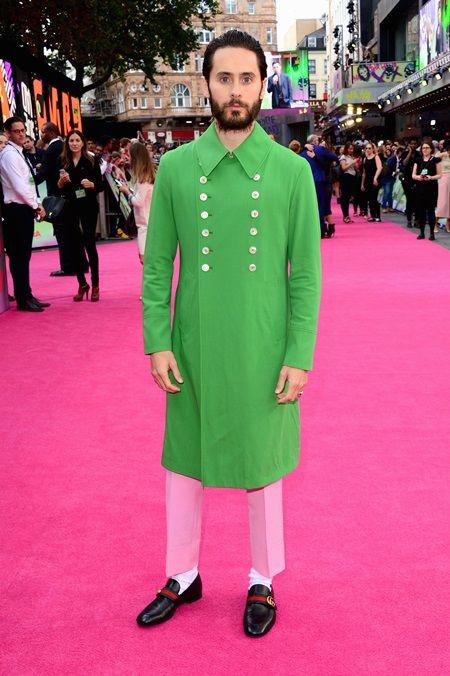 ジャレッド・レトが映画『スーサイド・スクワッド』のロンドンプレミアにGucciのコートで登場