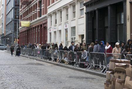 NYのストア前には長蛇の列が。