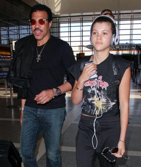 父ライオネルとLAの空港に降り立ったソフィア。