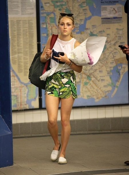 EXCLUSIVE: AnnaSophia Robb spotted holding a bunch of flowers while going into the subway to catch the train in New York City
