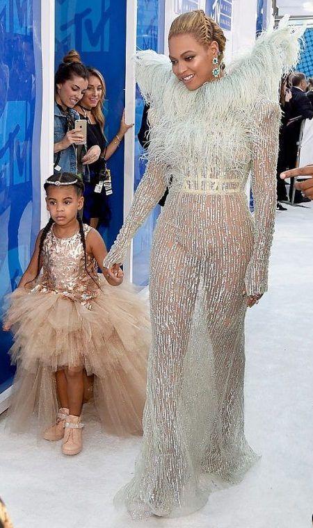 ビヨンセ Beyonce ブルー・アイヴィー Bluie Ivy Cater 娘 MTV VMA レッドカーペット ドレス