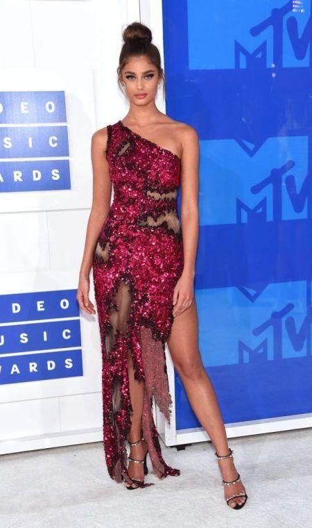 テイラー・ヒル Taylor Hill MTV VMA レッドカーペット ドレス