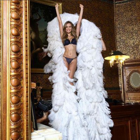 ヴィクトリアズ・シークレット ヴィクシー モデル エンジェルズ エンジェル キャンペーン ホリデー クリスマス 広告 撮影 舞台裏 裏側 写真 ジョセフィン・スクリヴァー Josephine Skriver 天使の羽