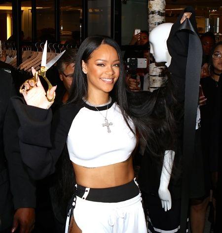 リアーナ Rihanna  Fenty x Puma  コレクション 発売 NY ポップアップショップ テープカット