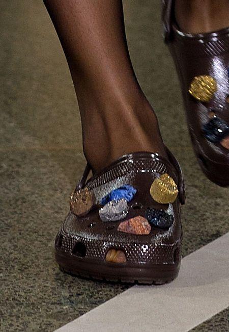 クリストファー・ケイン Christopher Kane ロンドンファッションウィーク 2017年春夏コレクション 9月19日 クロックス ジビッツチャーム ストーン
