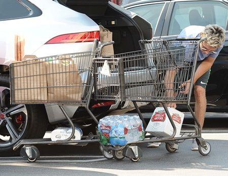 ナイル・ホーラン ワン・ダイレクション スーパー Niall Horan of the hit boy band One Direction stocks up on groceries including 2 twelve packs of Stella Artois from Gelsons in West Hollywood