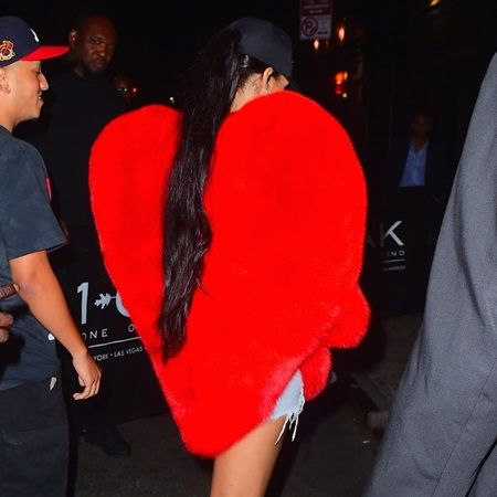 リアーナ Saint Laurent ハート ケープ フェイクファー NY クラブ Rihanna Shows her Love as she Goes Clubbing in NYC with with a big Red Fuzzy Heart Jacket