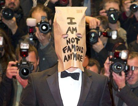 ベルリン国際映画祭に、紙袋を被って登場したシャイア。