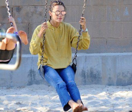 アレッサンドラ・アンブロジオ Alessandra Ambrosio 年収5億円 子供と遊ぶ 公園 仲良し親子 セレブ
