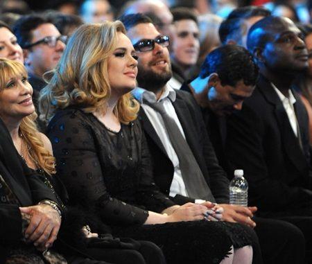 2012年のグラミー賞でのアデルと恋人サイモン。
