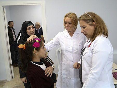 現地の医師と共に白衣を着て子供たちと交流。