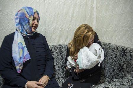 難民キャンプで出会った赤ちゃんにくちづけするリンジー。子供たちをとくに気にかける様子が印象的だった。