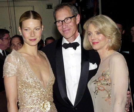 両親とグウィネス。父はプロデューサーのブルース・パルトロー、母は女優のブルース・ダナー。