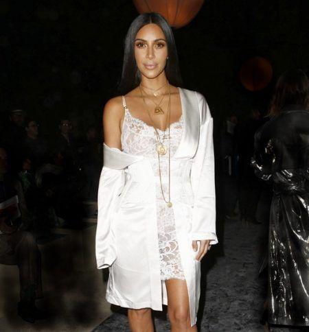 事件直前の夜、ジバンシイのファッションショーに出席したキム。