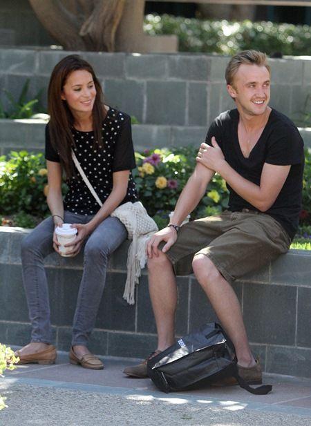 恋人女性とLAでコーヒー休憩中のトム。