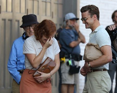 背後でケイトの笑いが止まるのを静かに待つアレン監督。