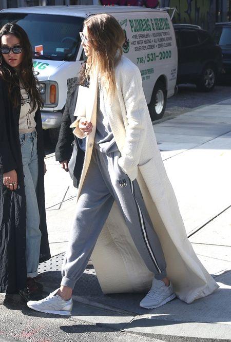 ジジ・ハディッド Gigi Hadid  コート アウター 長すぎる 引きずる セレブ ファッション スタイル 冬 おもしろ 白コート 海外