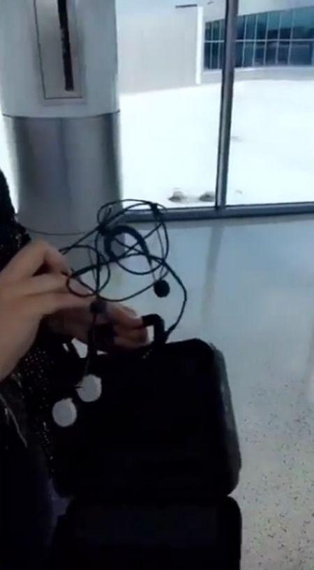 レディー・ガガ Lady Gaga 2年ぶりの来日 機内の持込荷物 ギター マイク ハロウィン