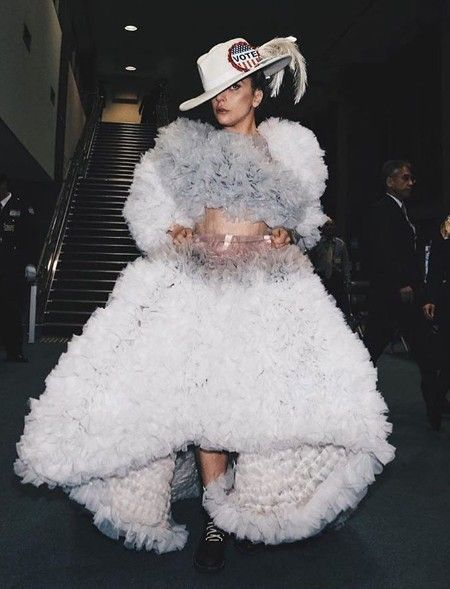 レディー・ガガ  Lady Gaga  来日 成田空港 帰国 ギターケース 日本人デザイナー ドレス Tomo Koizumi PR活動 アルバム ジョアン