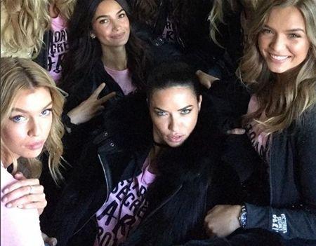 ヴィクトリアズ・シークレット Victoria's Secret ファッションショー パリ 飛行機 ヴィクシー仕様 可愛い モデル勢ぞろい ピンクのTシャツ おそろい アドリアナ・リマ ステラ・マックスウェル リリー・オルドリッジ ジョセフィン・スクライヴァー
