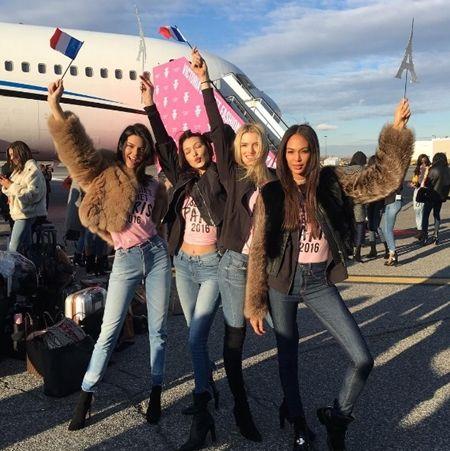 ヴィクトリアズ・シークレット Victoria's Secret ファッションショー パリ 飛行機  機内 ヴィクシー仕様 可愛い モデル勢ぞろい ピンクのTシャツ おそろい ケンダル・ジェナー Kendall Jenner ベラ・ハディッド Bella Hadid リリー・ドナルドソン ジョアン・スモールズ