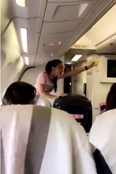 ヴィクトリアズ・シークレット Victoria's Secret ファッションショー パリ 飛行機 ヴィクシー仕様 可愛い モデル勢ぞろい ピンクのTシャツ おそろい アドリアナ・リマ 乾杯の音頭 乾杯