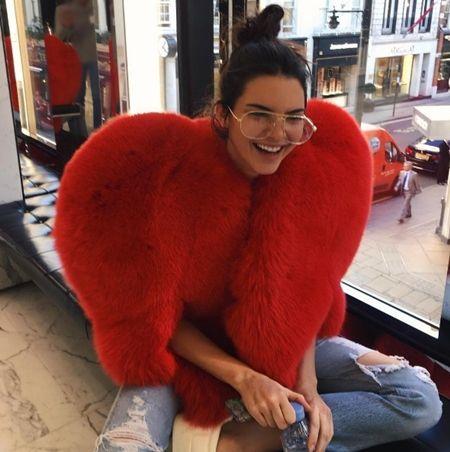 ケンダル・ジェナー Kendall Jenner ギークめがね おたく風めがね トレンド 海外セレブ ファッション 細フレーム×ティアドロップ型 今年風