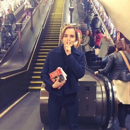 エマ・ワトソン Emma Watson ロンドン 地下鉄 本 配る