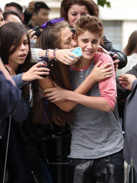 画像: ファンに無理やりキスされるジャスティン。