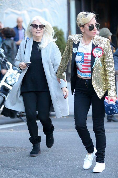 レディー・ガガ Lady Gaga 愛国ファッション 投票 大統領選