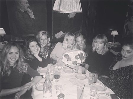 テイラー・スウィフト アメリカ大統領選 カーラ・デルヴィーニュ Taylor Swift Cara Delevingne