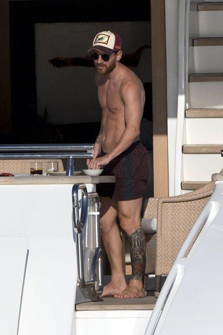 リオネル・メッシ Lionel Messi  左脚 タトゥー ソックスみたい メッシのタトゥー 10 チアゴ君手形 サッカーボール 真っ黒 イメチェン