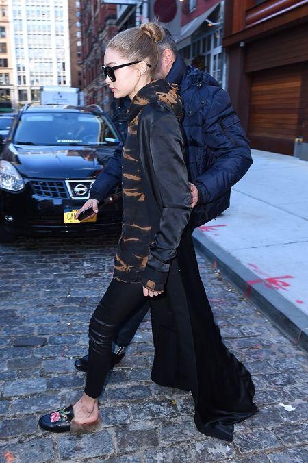 ジジ・ハディッド Gigi Hadid  コート アウター 長すぎる 引きずる セレブ ファッション スタイル 冬 黒コート