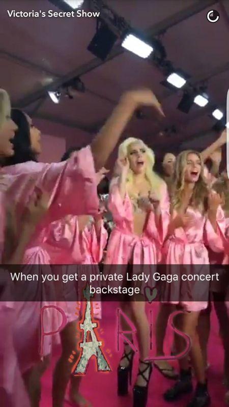 Victoria's Secret ヴィクトリアズ・シークレット ファッションショー パリ バックステージ 裏側 レディー・ガガ Lady Gaga ミリオン・リーズンズ 熱唱 モデル ジョアン