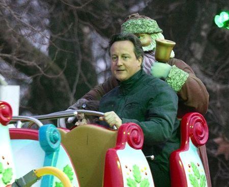 デーヴィッド・キャメロン David Cameron イギリス元首相 キャメロン元首相 2016年 辞任 遊園地 ウィンターワンダーランド クリスマス 移動遊園地 ハイドパーク 娘と一緒におおはしゃぎ ロンドン イギリス ジェットコースター メリーゴーランド