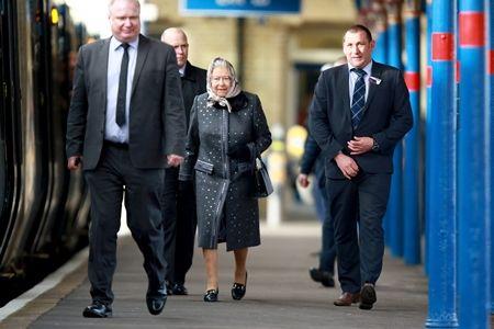 エリザベス女王  Queen Elizabeth イギリス 2016年 総まとめ 総集編 1年間振り返り 電車 一般の電車に乗る ボディガード 2月 かわいい