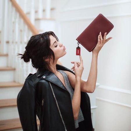 セレーナ・ゴメス Selena Gomez コーチ Coach コラボ 2017年秋 復活 バッグ レザージャケット チャリティ Setup セットアップ