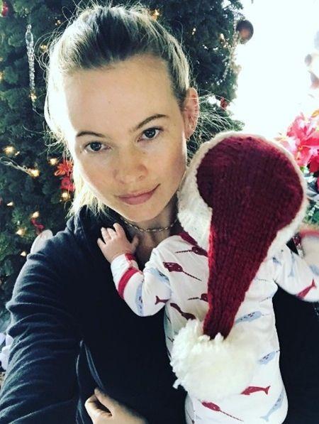 ベハティ・プリンスルー Behati Prinsloo ダスティ・ローズ 子供 クリスマス 初めて サンタ 2016年 サンタコスプレ ベイビー セレブキッズ おしゃれ