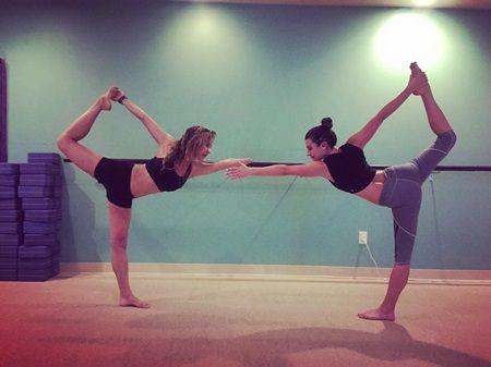 リア・ミシェル チャウンタル・ルイス Lea Michele Chauntal Lewis Hot yoga