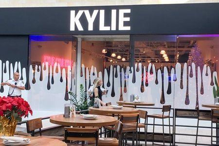 カイリー・ジェナー トパンガ・モール ポップアップストア ザ・カイリー・ショップ Kylie Jenner The Kylie Shop