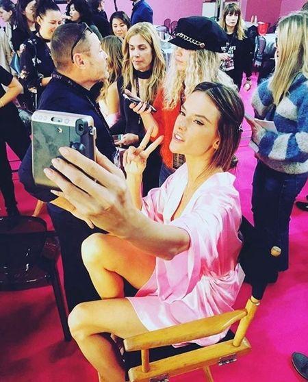 アレッサンドラ・アンブロジオ Alessandra Ambrosio Victoria's Secret ヴィクトリアズ・シークレット ファッションショー パリ バックステージ 裏側 控え室 ヘアメイク室 セルフィー