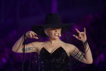 レディー・ガガ Lady Gaga  ヴィクトリアズ・シークレット  Victoria's Secret ファッションショー 2016  ハット 1億円 Gladys Tamez Millinery グラディス・タイムズ・ミリネリー Swarovski スワロフスキー コラボ パフォーマンス ジョン・ウェイン