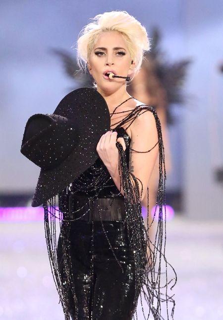 レディー・ガガ Lady Gaga  ヴィクトリアズ・シークレット  Victoria's Secret ファッションショー ハット 1億円 Gladys Tamez Millinery グラディス・タイムズ・ミリネリー Swarovski スワロフスキー コラボ パフォーマンス ジョン・ウェイン