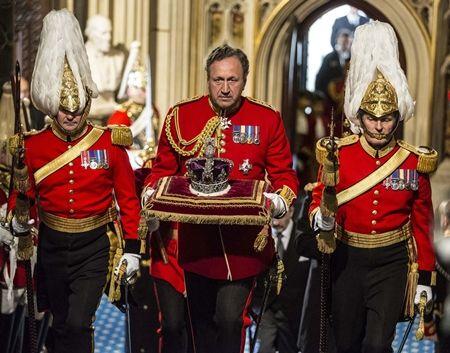 エリザベス女王  Queen Elizabeth イギリス 2016年 総まとめ 総集編 一年を振り返る イギリス議会の開会式でスピーチ 王冠 ロンドン塔 馬車 5月 王冠専用馬車 クッション