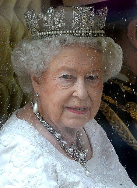 エリザベス女王  Queen Elizabeth イギリス 2016年 総まとめ 総集編 一年を振り返る イギリス議会の開会式でスピーチ 王冠 ロンドン塔 馬車 5月