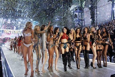 Victoria's Secret ヴィクトリアズ・シークレット ショー ファッションショー 会場内 ピンク パリ グラン・パレ 集合写真 記念撮影 撮影会 ショー フィナーレ