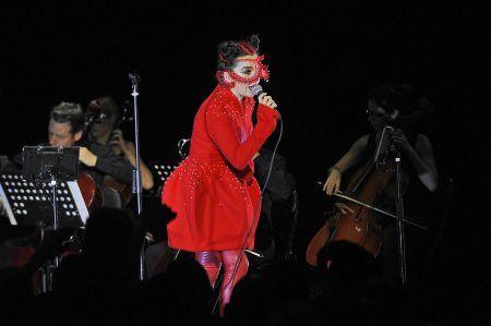 レディー・ガガ Lady Gaga ドレス デザイナー 帰国時着用 Tomo Koizumi インタヴュー ビョーク Bjork