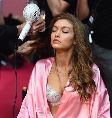 ジジ・ハディッド Gigi Hadid Victoria's Secret ヴィクトリアズ・シークレット ファッションショー パリ バックステージ 裏側 ヘアセット中 リラックス