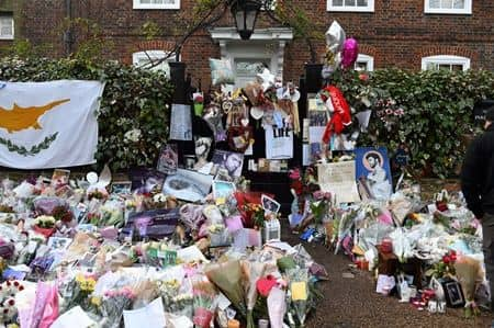 故ジョージ・マイケル 自宅前 追悼花束