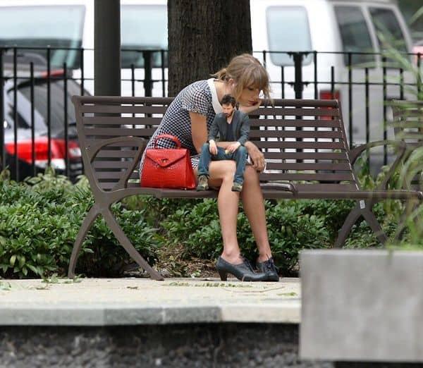テイラー・スウィフト Taylor Swift ぼっち写真キアヌ・リーヴズ 雑コラ